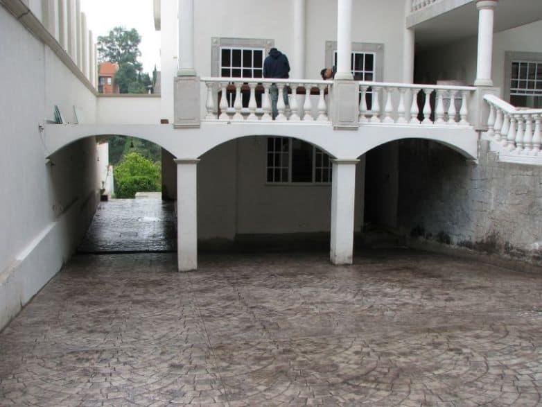 Imagen piso estampado en estacionamiento